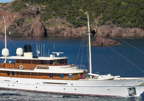 A Celebrity Tale about a Luxury Yacht luxury yacht A Celebrity Tale about a Luxury Yacht 1083 fecf5 1 500x350